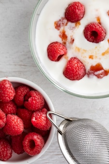 Плоский йогурт с малиной