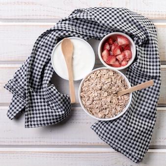 Плоский йогурт с фруктами и мюсли