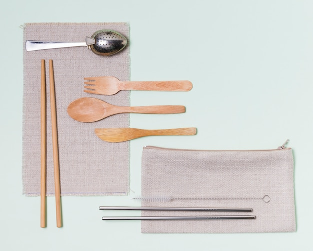 Flat lay zero waste arrangement on green background with copy space