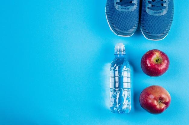 Концепция спорта, здорового образа жизни. flat lay синие кроссовки
