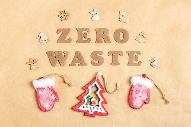Эко дружественные деревянные рождественские украшения на фоне крафт-бумаги flat lay