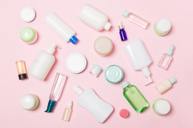 Группа пластиковых бутылок для ухода за телом flat lay