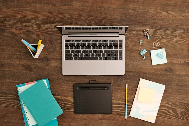 스타일러스, 노트북, 클립 및 핀이있는 그래픽 태블릿의 평면 레이아웃