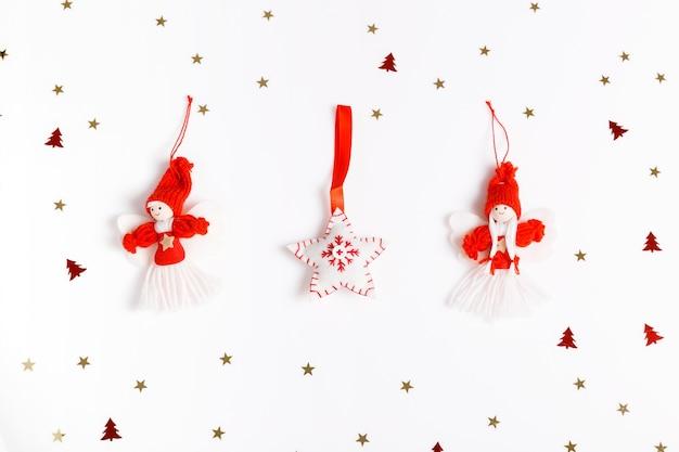 흰색 바탕에 빨간색 흰색 황금 크리스마스 장식이 있는 플랫 패턴입니다. 크리스마스 프레임 장식 배경입니다. 플랫 레이 디자인. 메리 크리스마스 크리스마스 배경입니다.