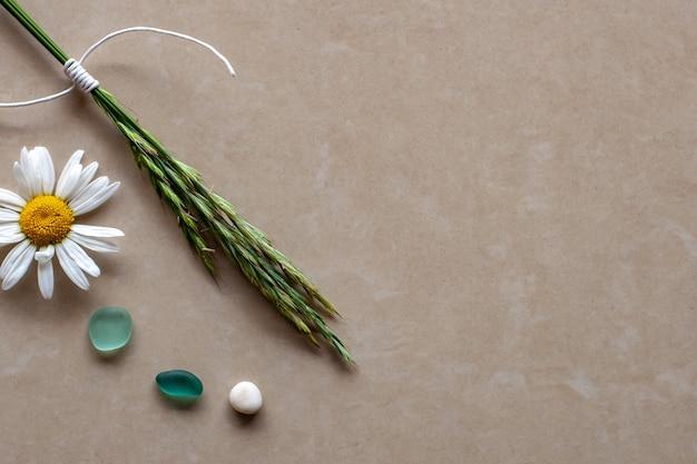 Колоски плоского вида с цветком и кусочками цветного стекла с копией пространства