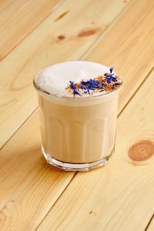 木製の透明なガラスで平らな白いコーヒー