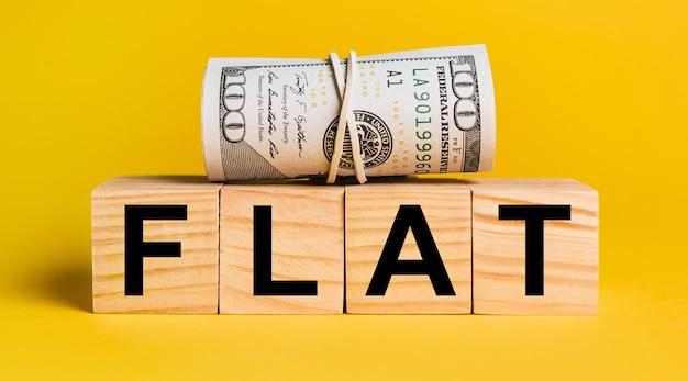 黄色の背景にお金でフラット。ビジネス、金融、クレジット、収入、貯蓄、投資、交換、税金の概念