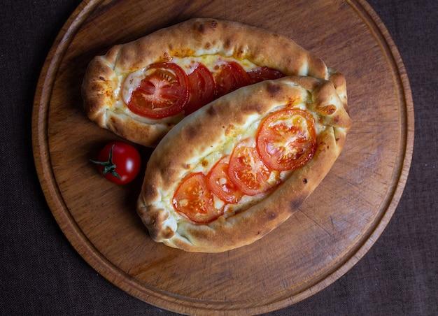 치즈와 토마토 나무 스탠드에 flatbread.