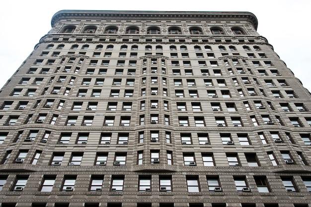 Низкий угол зрения здания flatiron, манхэттен, нью-йорк, штат нью-йорк, сша