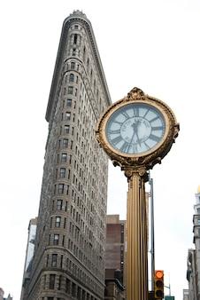 Уличные часы перед зданием flatiron, манхэттен, нью-йорк, штат нью-йорк, сша