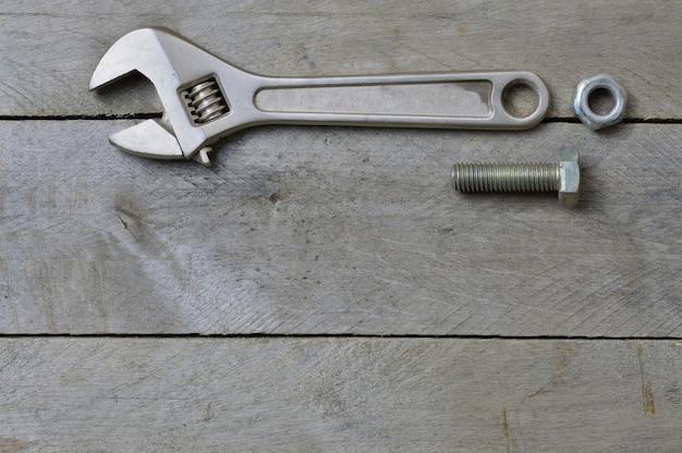 Flatlay.adjustableレンチと木製のテーブルのボルト。コピースペース。