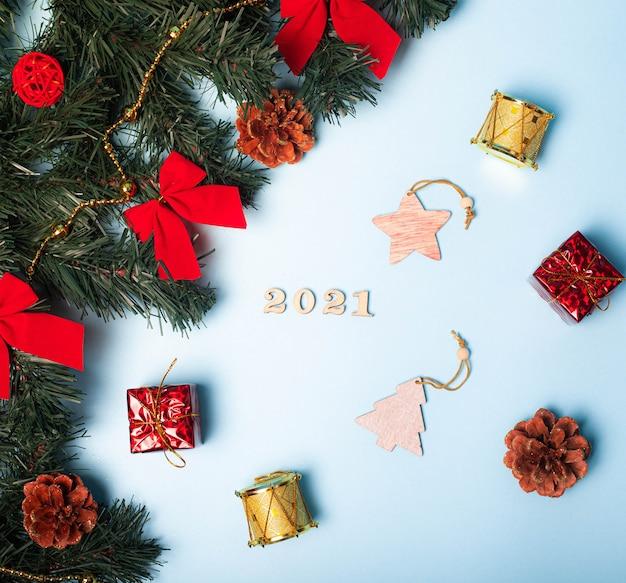 Flatlay 크리스마스. 나무 번호 2021. 공간을 복사합니다. 별. 파란색 배경입니다.