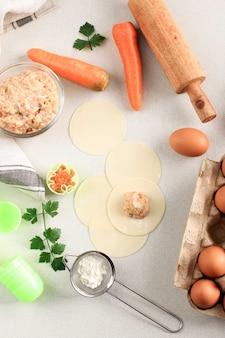 Приготовление композиции flatlay приготовление домашнего китайского сюмая / сиомая, вареных пельменей / димсама из куриного фарша и креветок