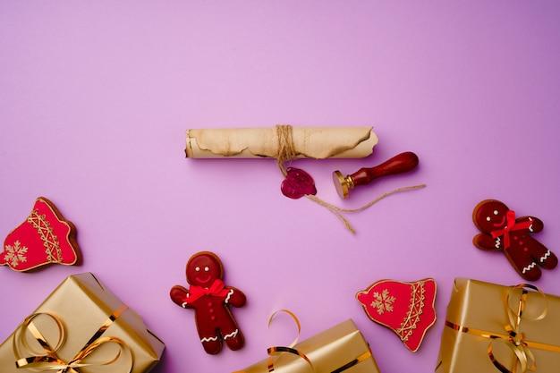 Композиция flatlay со списком санта-клауса и упакованными подарочными коробками