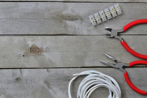 木製の背景にflatlay.electricianツール