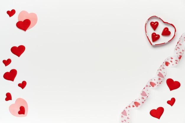 Flatlay. с днем святого валентина. подарочная коробка с конфетами и мягкими сердечками на белом