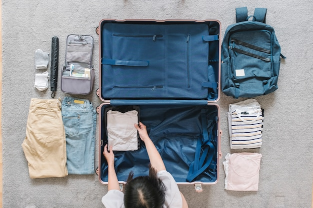 Flatlay di bagagli per viaggiare
