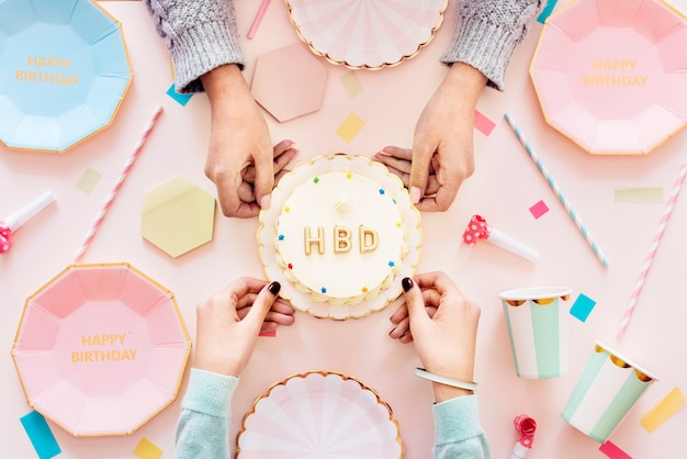 誕生日のお祝いパーティーのコンセプトのフラットレイ