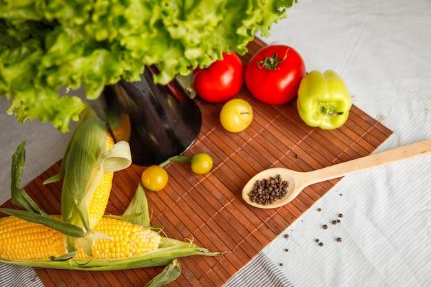Flatlay из свежих овощей. рамка из овощей. концепция здорового питания