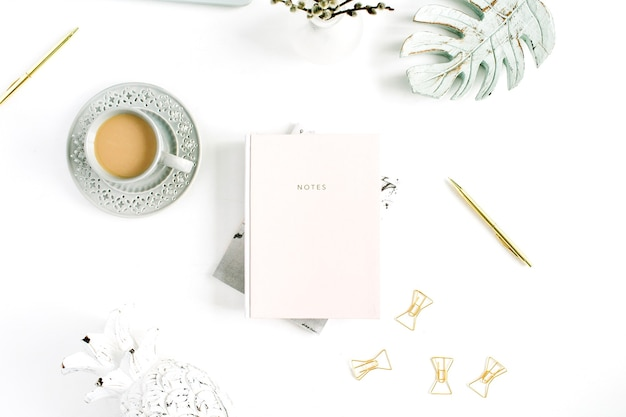 ホームオフィスのデスクテーブルのflatlay。淡いパステル ピンクのノートと装飾が施されたワークスペース。フラット レイアウト、トップ ビュー。
