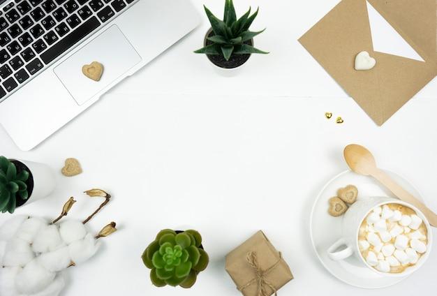 カプチーノ、ラップトップ、綿の枝、恋人の手紙、ブラウンシュガー、多肉植物のカップのフラットレイ。フレーム。コピースペース
