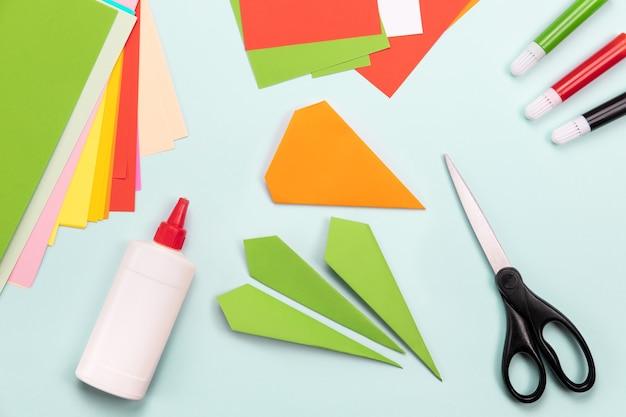 Плоское бумажное ремесло. концепция оригами. закладка морковь