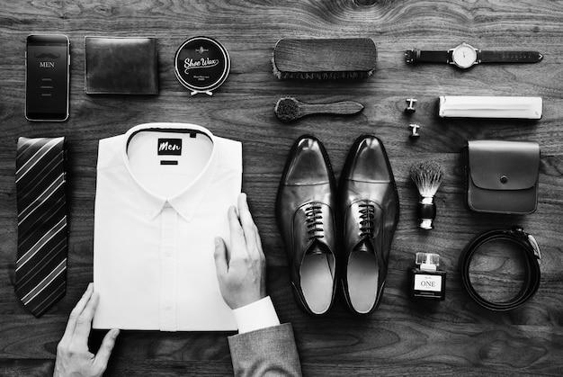持ち物を整理するビジネスマンのフラットレイビュー