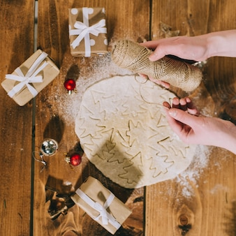 Подготовка рождественское печенье на деревянном фоне, flatlay, вид сверху, ретро фильтр применяется