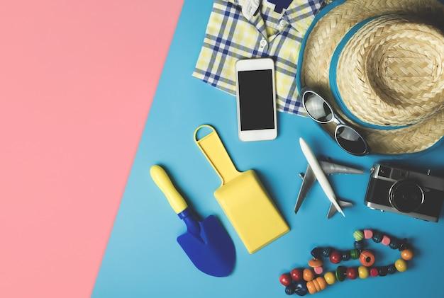 夏の休暇のテーマの子供ファッションとビーチアクセサリーflatlay