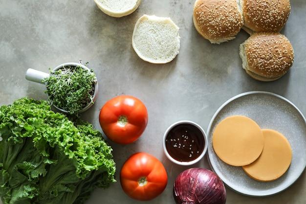 Flatlay веганский чизбургер рецепт ингредиенты