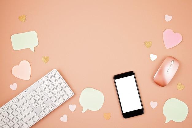 Концепция социальных медиа flatlay с клавиатурой, телефоном, мышью