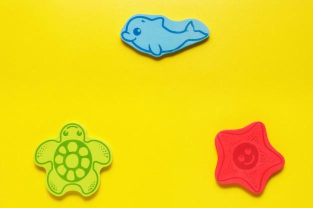 Flatlay игрушки на желтом фоне. морская жизнь. макет для дизайна с копией пространства.