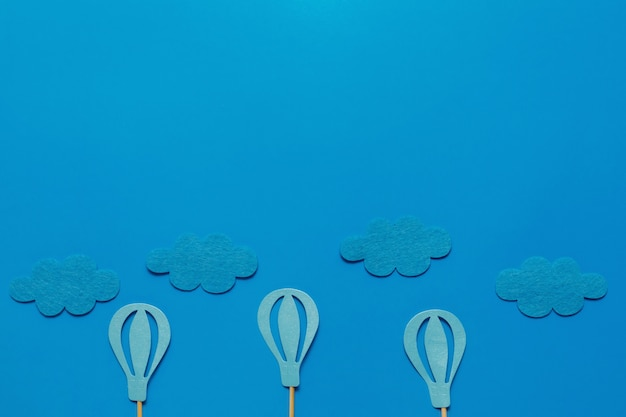 テキストのコピースペースと青色の背景にflatlay誕生日パーティーカード。