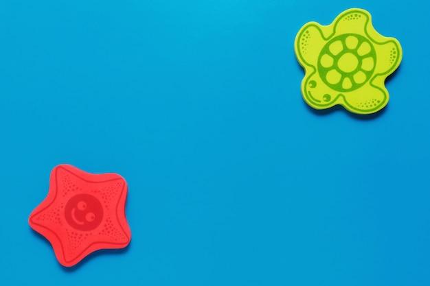 Flatlay игрушки на синем фоне. морская жизнь. макет для дизайна с копией пространства.
