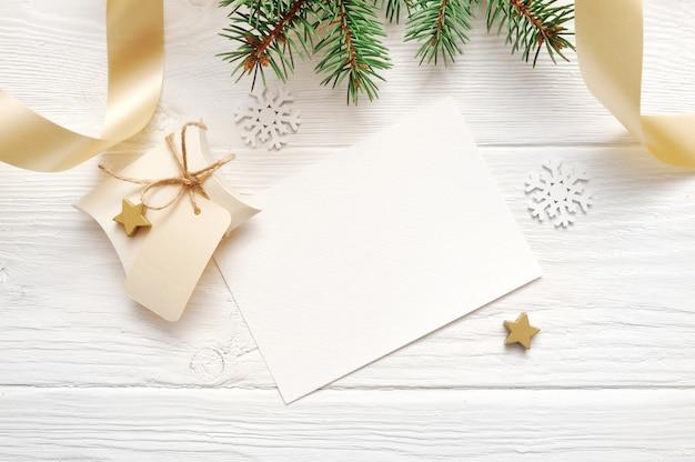 クリスマス装飾トップビューとゴールドリボン、flatlay