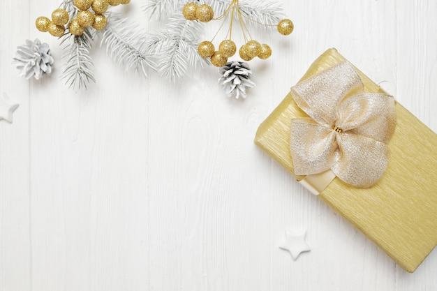 モックアップクリスマスギフトゴールドリボンとツリーコーン、flatlay
