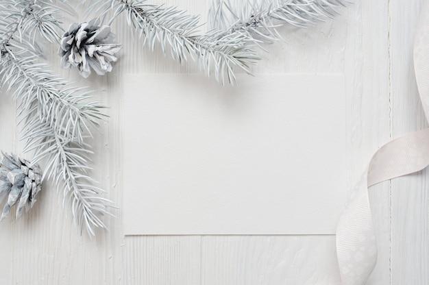 クリスマスツリーのコーンと白いリボン、白のflatlay