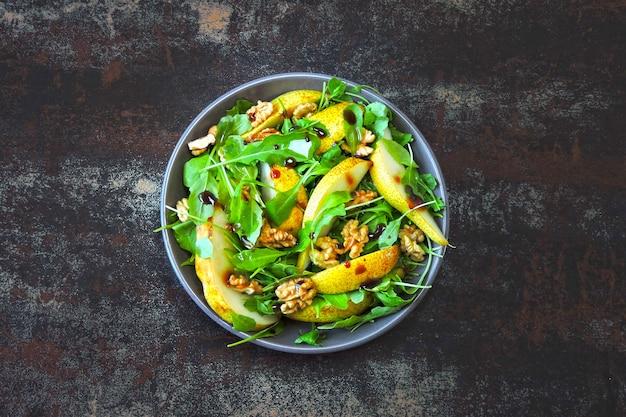 Фитнесс салат руккола груша грецкий. красочные, здоровые продукты в стиле flatlay.