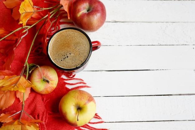 コーヒーのカップと秋flatlay