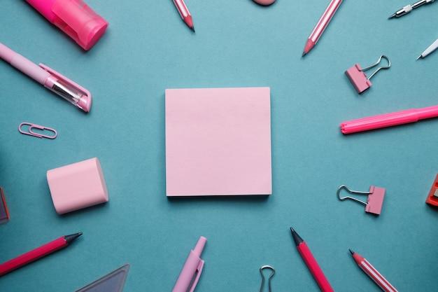 연필과 펜 종이 클립과 스티커 빈 파란색 배경과 학교 테마에 flatley