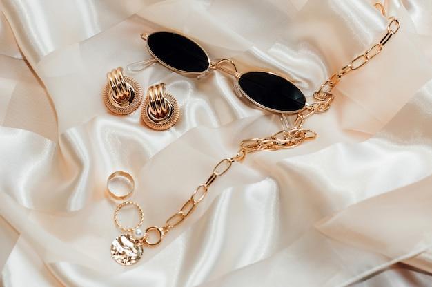 Флетли с золотыми украшениями и жемчугом на шелковом фоне, очки в оправе