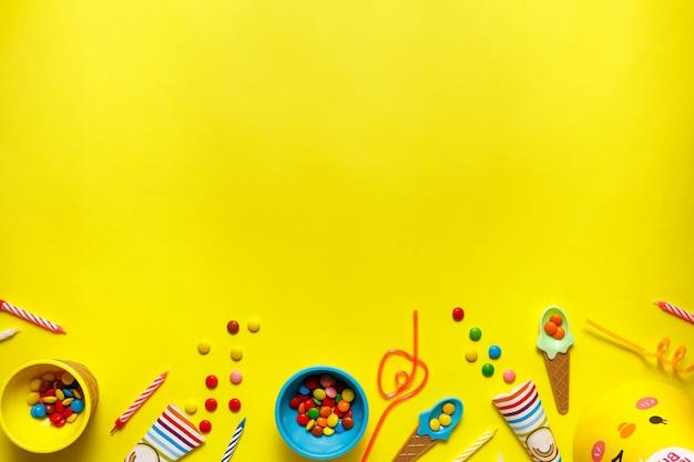 텍스트 복사 공간 노란색 테이블에 flatout 생일 파티 카드.
