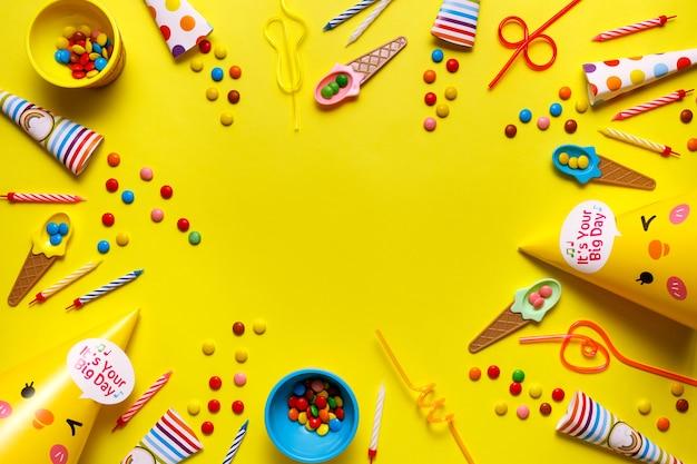 Карточка вечеринки по случаю дня рождения flatout на желтом столе с копией пространства для текста.