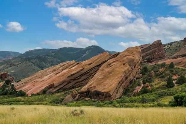 Плоские скалы на вершине холма в скалистом ландшафте колорадо