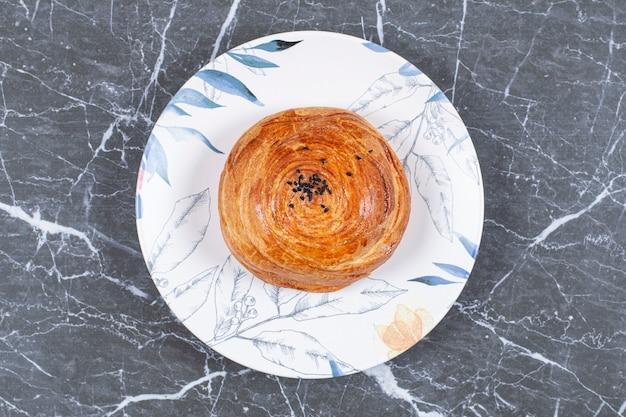 Gogal nazionale dell'azerbaijan saporito sul piatto, sulla superficie di marmo
