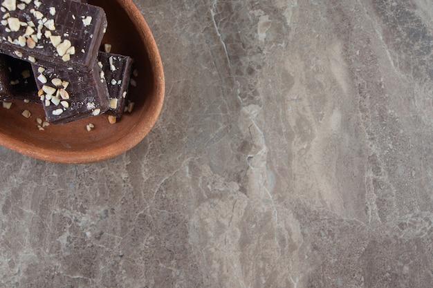 대리석에 점토 그릇에 맛 있는 초콜릿 와플.
