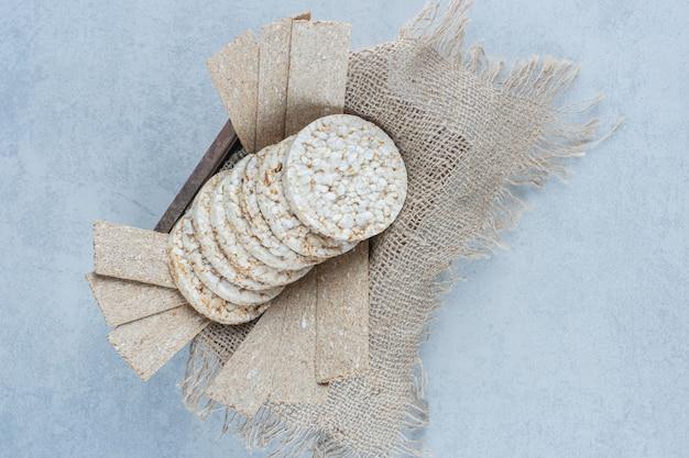 大理石の箱の中のタオルに風味豊かなクリスプブレッド。