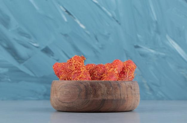 파란색 배경에 그릇에 맛있는 터키어 기쁨. 고품질 사진