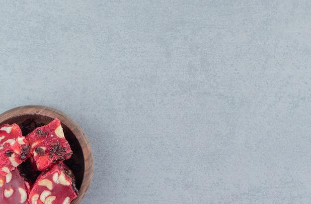 대리석 배경에 그릇에 풍미있는 터키의 즐거움. 고품질 사진