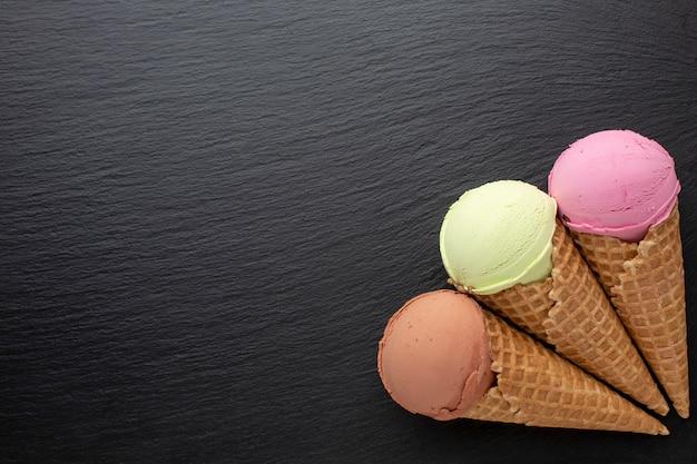 コピースペースとコーンの風味のアイスクリーム